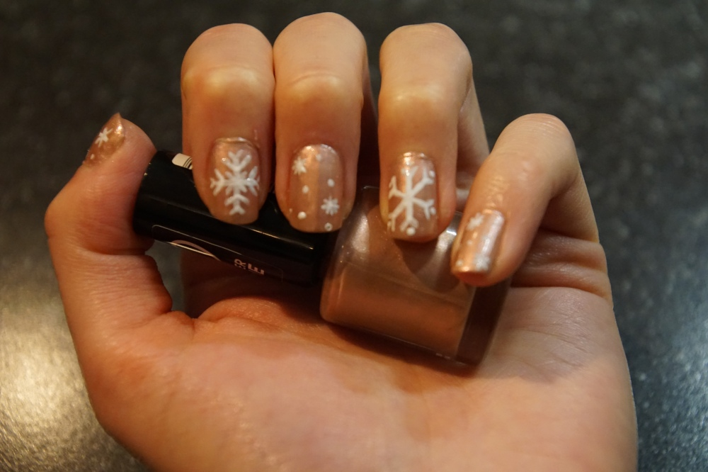 Snowflake nailart pink and white