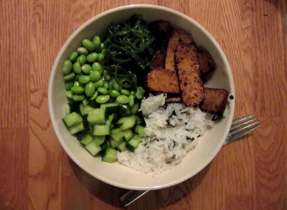Sushibowl with smoked tofu, wasabi cucumber, edamame en wakame 1.2