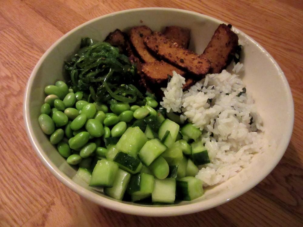 Sushibowl with smoked tofu, wasabi cucumber, edamame en wakame 2.2