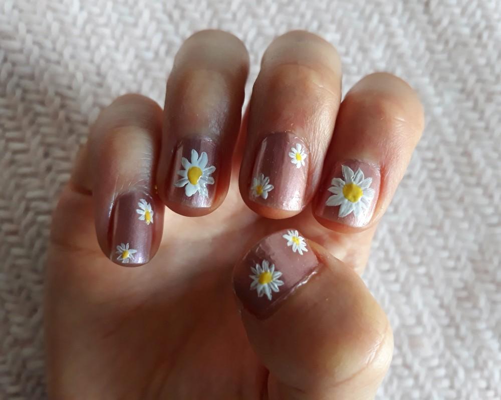 Daisy nail art thumbnail