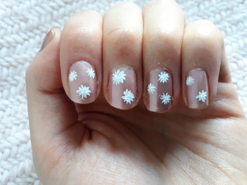 Nails with daisy whites